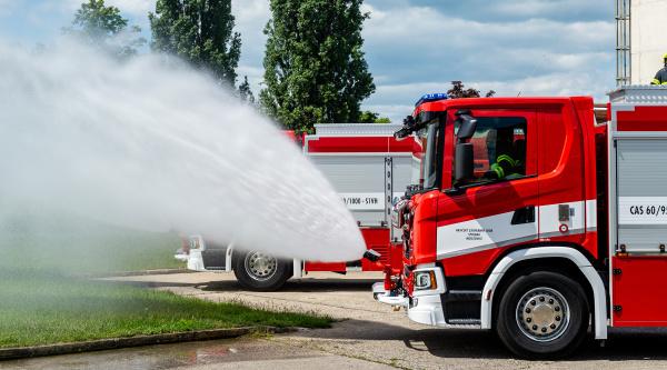 Předání nových hasičských aut ve Spolaně